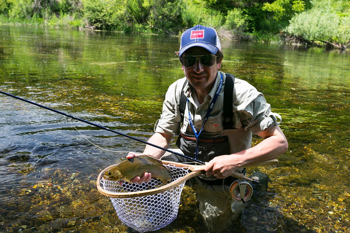 Erfolgreiches Fliegenfischen auf scheue Äschen und Forellen in klaren Gewässern!